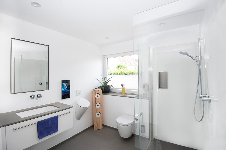 Badezimmer mit flächenbündigem Spiegelschrank