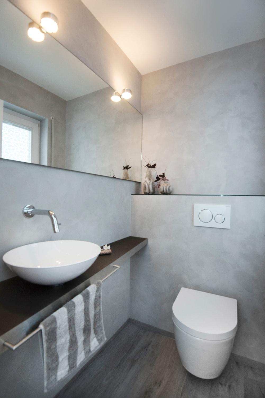 Gästetoilette mit Waschtischunterbau aus Glas und Edelstahl